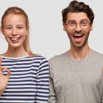 Zwei glückliche junge Menschen