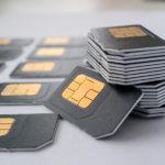 graue SIM-Karte für Handys in einer Spalte gesammelt, als nächstes sind Karten, viele Karten