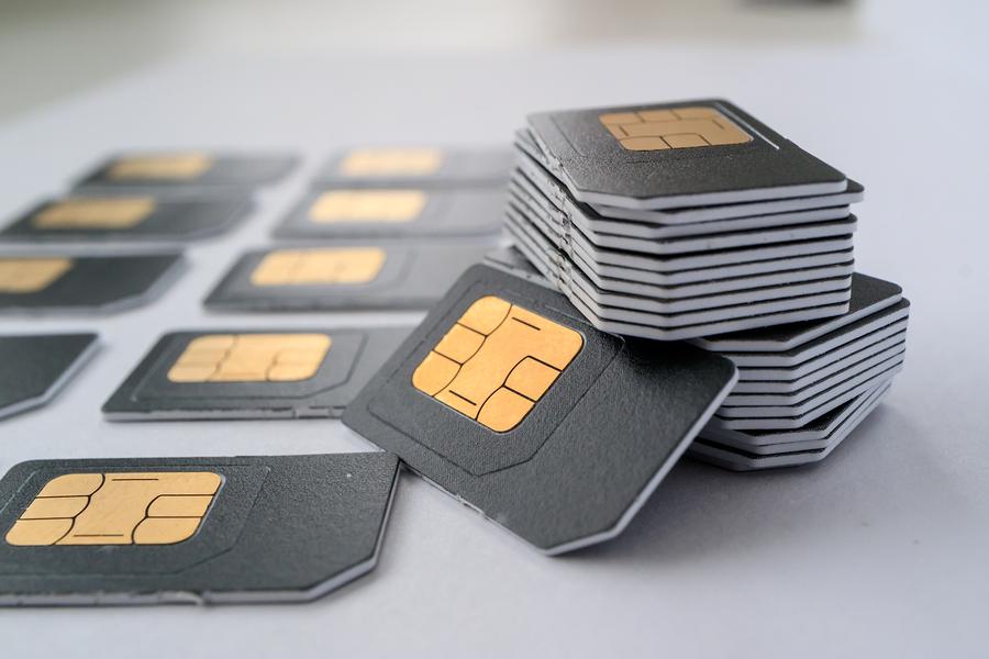 Graue SIM-Karten liegen auf weißem Untergrund
